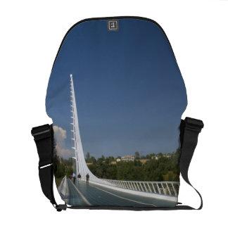 El puente del reloj de sol en la bahía de la tortu bolsas de mensajeria