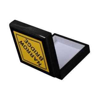 El puente estrecho, trafica la señal de peligro, caja de regalo cuadrada pequeña