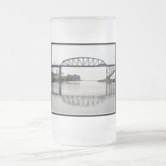 El puente internacional de la paz taza de café