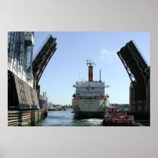 El puente se abre para el buque de petróleo póster