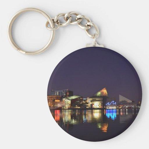 El puerto interno de Baltimore en la noche Llavero Redondo Tipo Pin