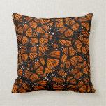 El pulular de las mariposas de monarca almohadas