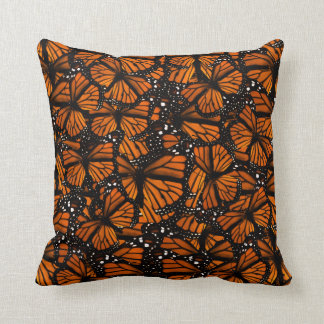 El pulular de las mariposas de monarca cojines