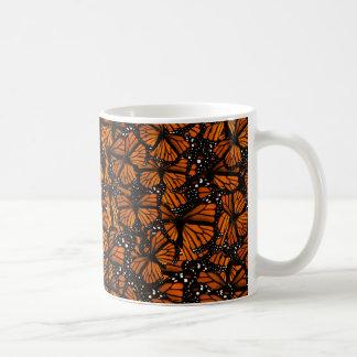 El pulular de las mariposas de monarca taza básica blanca