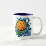 El punk del baloncesto circunda la taza azul