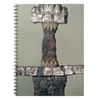 El puño de una espada de Viking encontró en Hedeby Libreta