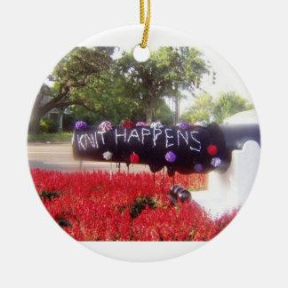El punto sucede doble echó a un lado ornamento adorno navideño redondo de cerámica