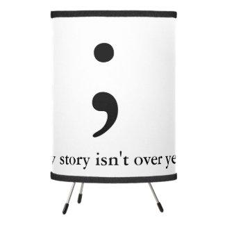 El punto y coma/mi historia no ha terminado lámpara trípode