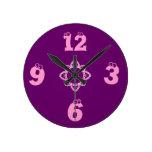 El Púrpura-Chica embroma el reloj de pared