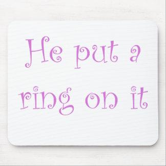 Él puso un anillo en él alfombrillas de ratones