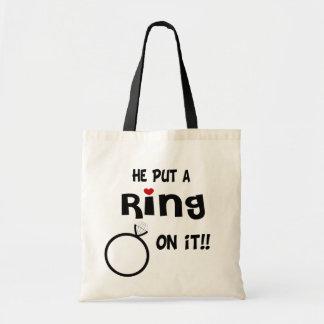 Él puso un anillo en él bolsas de mano