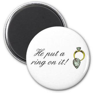 Él puso un anillo en él imán de nevera