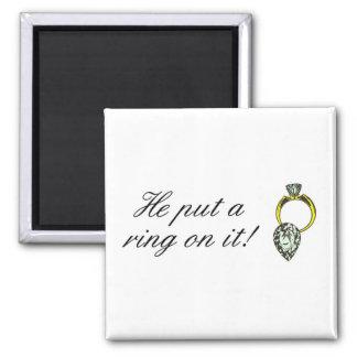 Él puso un anillo en él iman de nevera