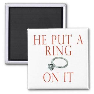 Él puso un anillo en él novia imán cuadrado