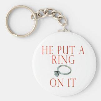 Él puso un anillo en él novia llavero redondo tipo pin