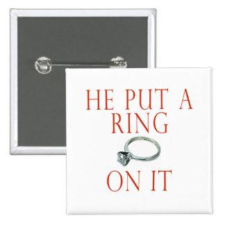 Él puso un anillo en él novia pin cuadrado