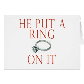 Él puso un anillo en él novia tarjeta de felicitación