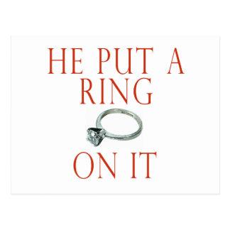 Él puso un anillo en él novia tarjetas postales
