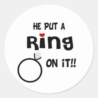 Él puso un anillo en él pegatina redonda