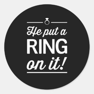 ¡Él puso un anillo en él! Pegatina Redonda