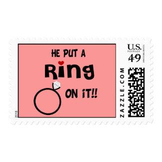 Él puso un anillo en él timbres postales