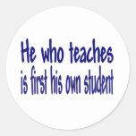 Él que enseña pegatina redonda