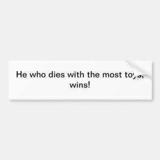 Él que muere con la mayoría de los juguetes - pega etiqueta de parachoque