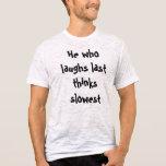 Él que ríe por último piensa la camiseta más lenta