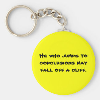 Él que salta a las conclusiones puede caerse de un llavero redondo tipo pin