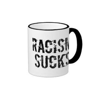 El racismo chupa taza de café