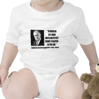 El radical es un hombre con aire firmemente planta trajes de bebé