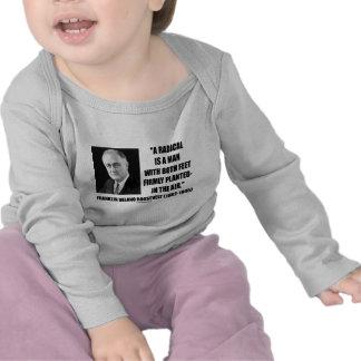 El radical es un hombre con aire firmemente planta camiseta