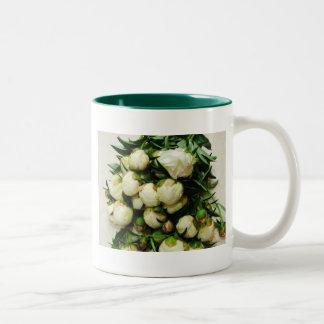 El ramo de Peony blanco florece la taza