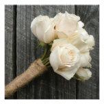 El ramo del rosa blanco y el boda de Barnwood invi