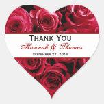 El ramo del rosa rojo le agradece boda del novio pegatinas corazon personalizadas