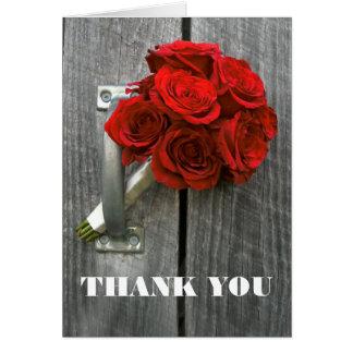 El ramo del rosa rojo le agradece cardar tarjeton
