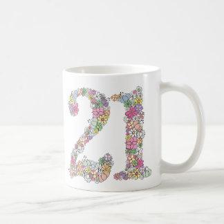 El ramo floral 21ros 21 numera el regalo de la taza