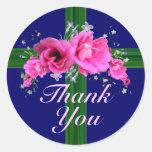El ramo rosado de la flor le agradece alrededor de pegatina redonda