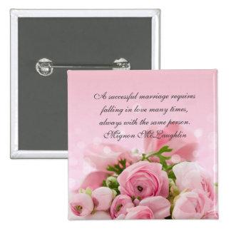 El ramo rosado de lujo de los rosas cita el botón pin cuadrado