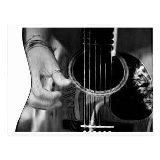 El rasguear de la guitarra postal