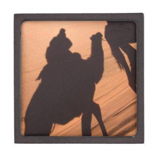 El rastro del camello en el desierto de Jordania Cajas De Recuerdo De Calidad