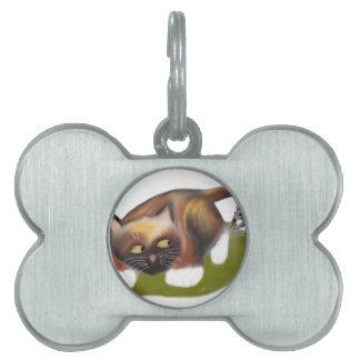 El ratón cosquillea el gatito placas mascota