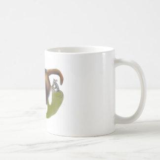 El ratón cosquillea el gatito taza de café