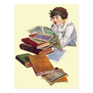 El ratón de biblioteca que lee una revista de moda tarjeta postal
