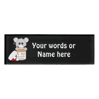 El ratón de la enfermera del dibujo animado añade etiqueta con nombre