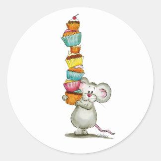 El ratón lindo está llevando las magdalenas - por pegatina redonda