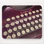 El ratón vaga por sobre una máquina de escribir cl tapete de raton