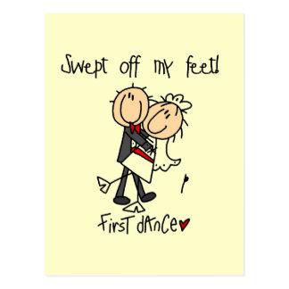 El recién casado primero baila las camisetas y los postales