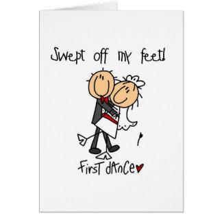 El recién casado primero baila las camisetas y los tarjeta de felicitación