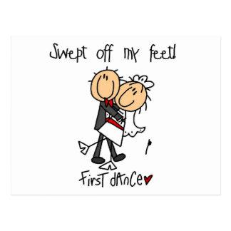 El recién casado primero baila las camisetas y los tarjetas postales